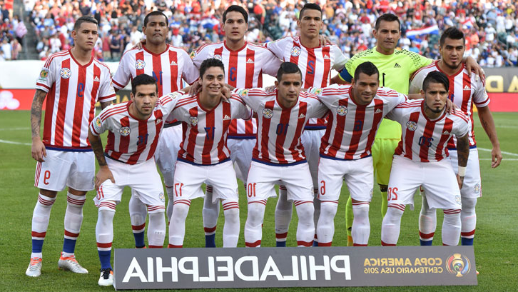 法比安·巴尔布埃纳 lines up with his Paraguay teammates at the 2016 Copa America
