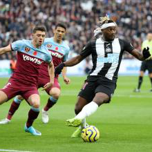 Saint-Maximin of Newcastle takes on Aaron Cresswell