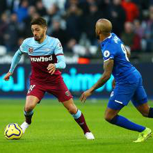 Manuel Lanzini vies for the ball for 新万博体育