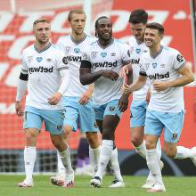 The Hammers celebrate their goal at 曼联