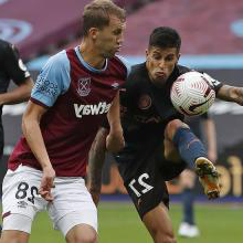 托马斯绍切克 in action against Manchester City
