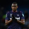 Issa Diop applauds the Hammers fans at 曼彻斯特城